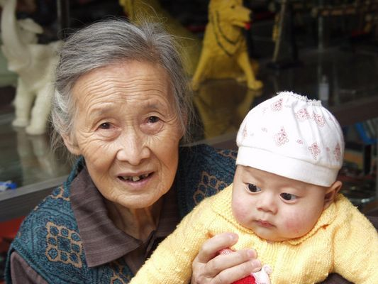 Grossmutter mit Enkelin / China