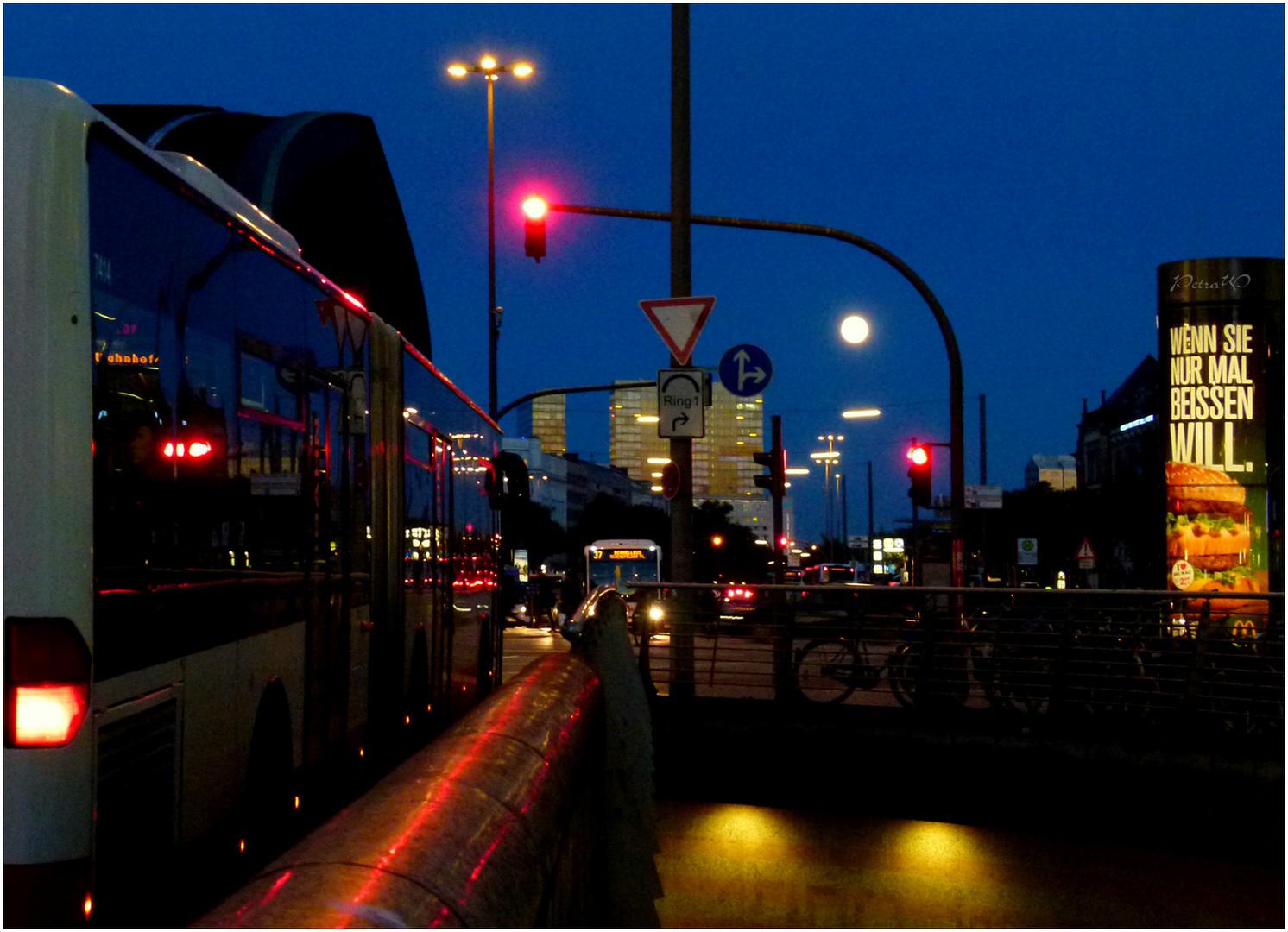 Großstadtlichter einschl. Vollmond