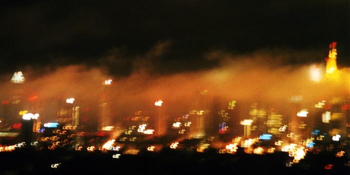 Großstadtlichter im Nebel