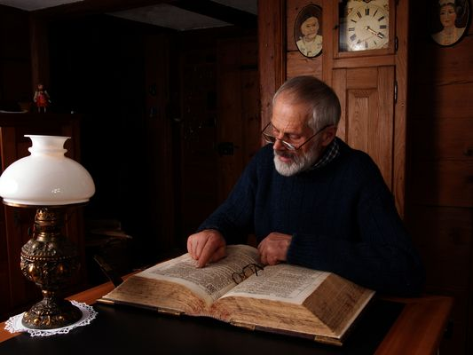 """Grossvater, die Bibel lesend"""