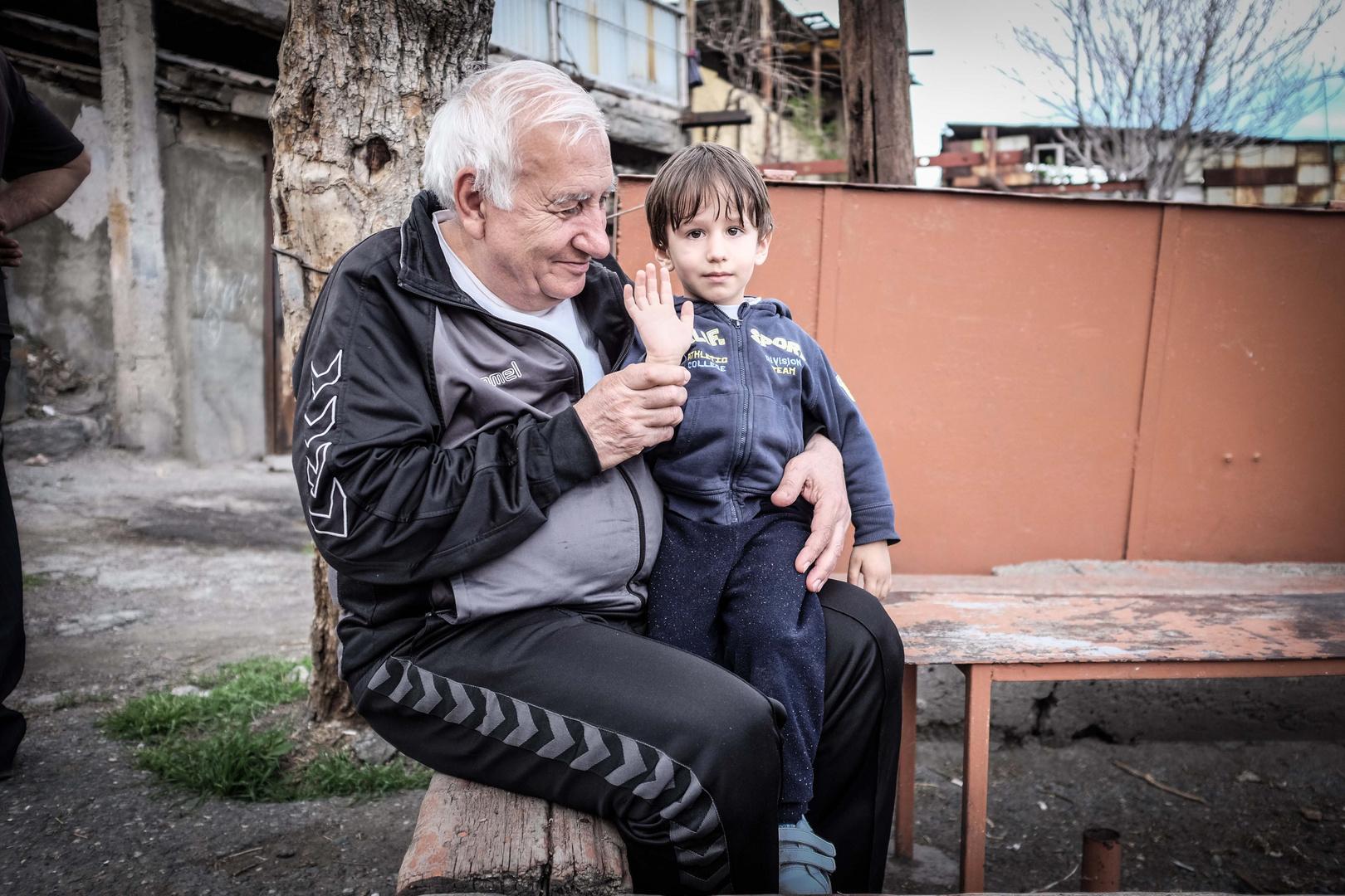 Großvater und Enkel in Kond/Yerevan (Armenien)