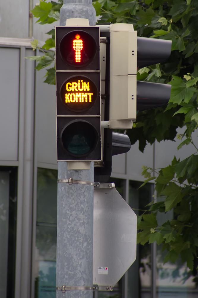 Grün kommt - und rot bleibt stehen - Fussgängerampel in Götzis (Vorarlberg)