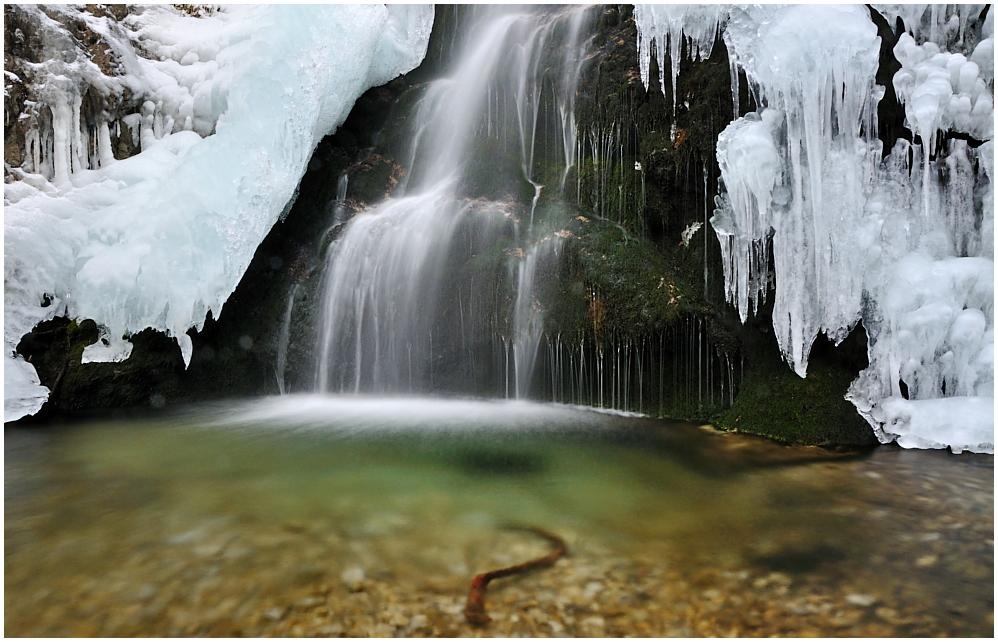 Grüne Grotte im Eis