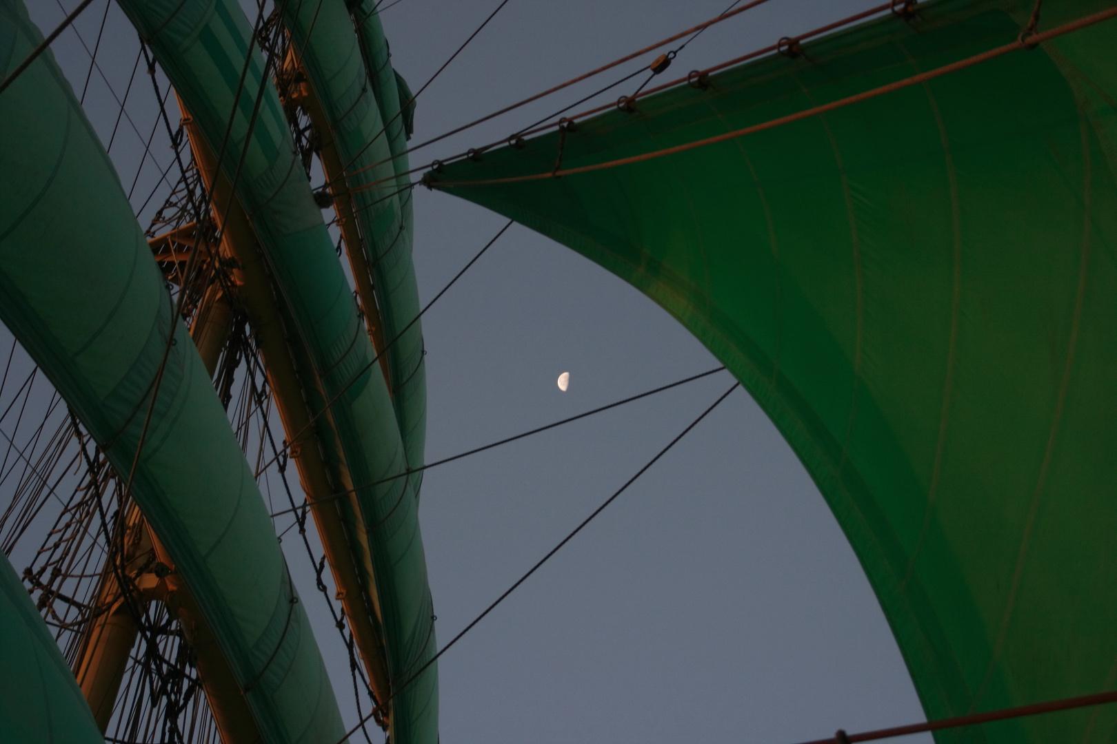 Grüne Segel bei Mondschein