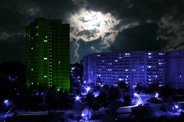 grüner Turm zur blauen Stunde