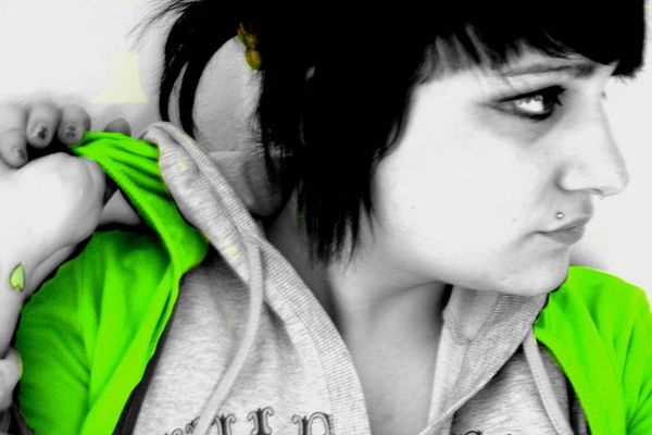 grünes herz am kontrastbunnyarmgelenk