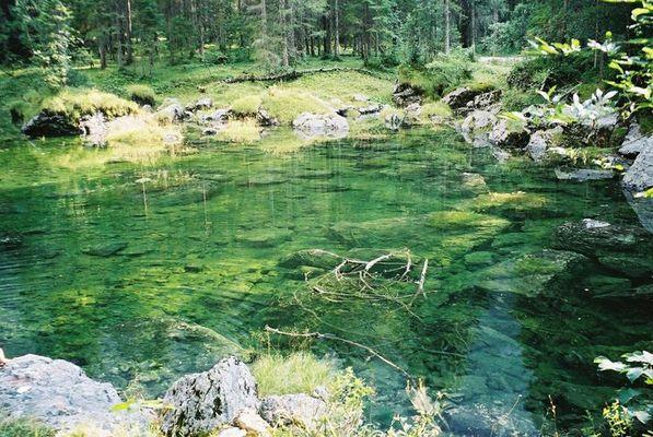 grünes kaltes Wasser