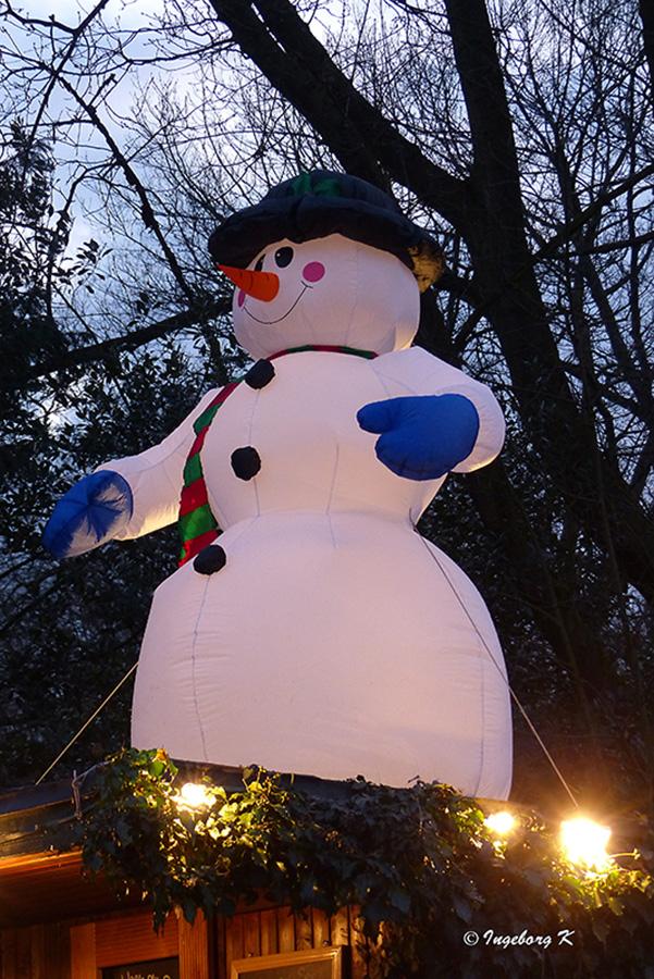 Grugapark - Lichterwochen - Ein Schneemann als Erinnerung an den abziehenden Winter