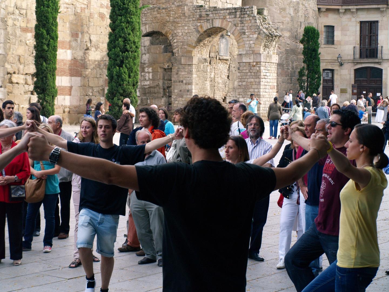 Gruppentanz: Sardana vor der Kathedrale