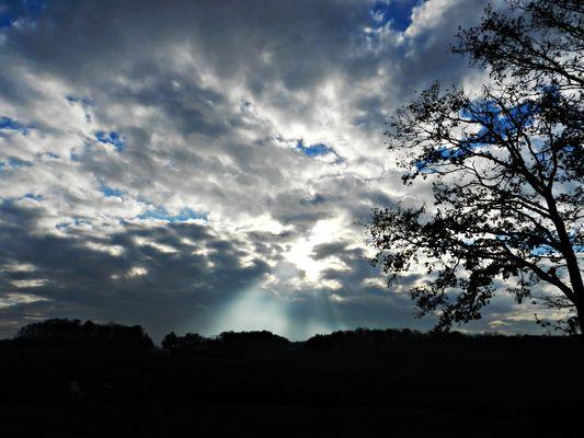 Gruss der Sonne durch die Wolkenlichtung