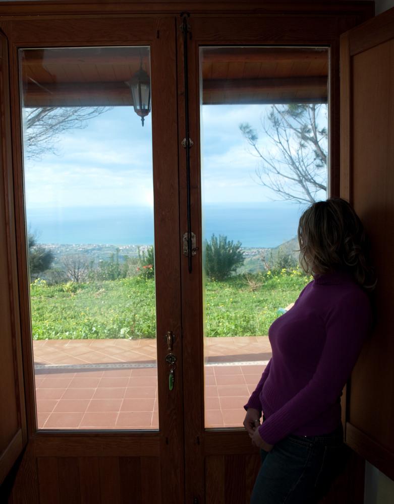 Guardare dalla finestra foto immagini persone sicilia - Spiate dalla finestra ...