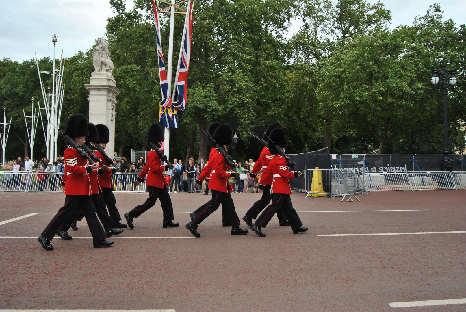Guardias de la reina, desfilando para el cambio de la guardia en londres