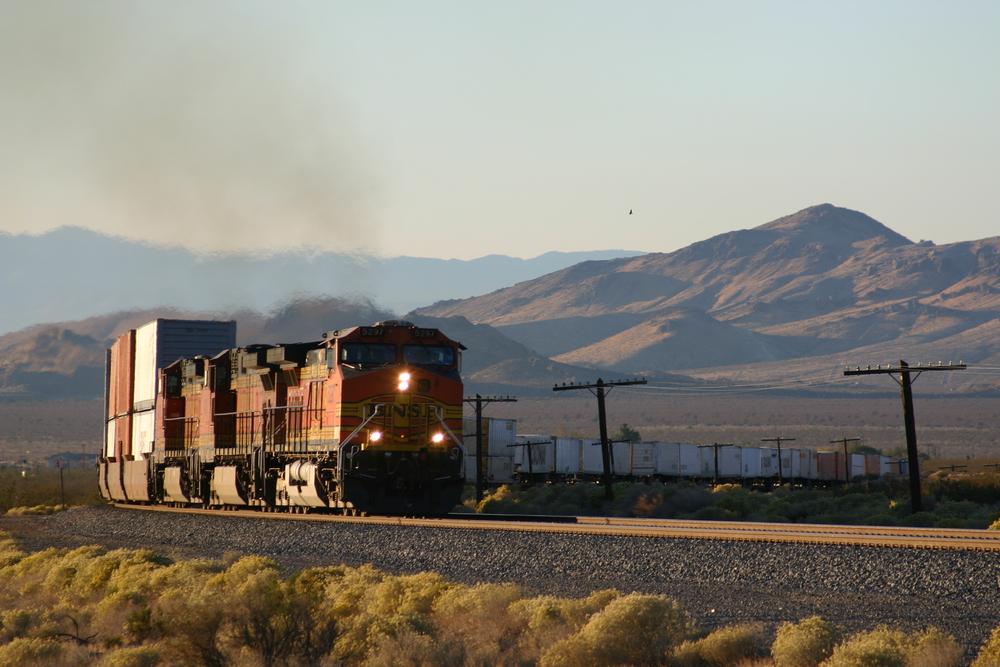 Güterzug der BNSF bei Mojave
