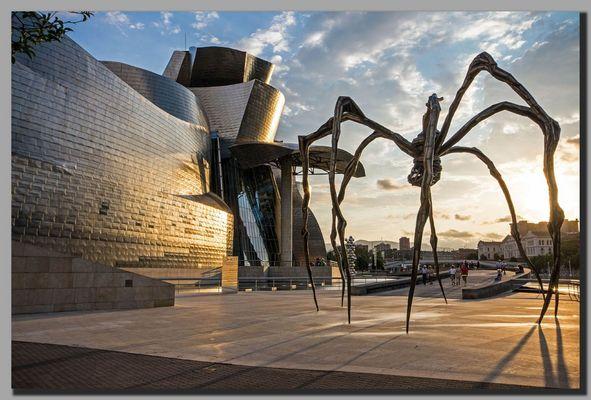 Guggenheim Museum mit Bronzespinne...