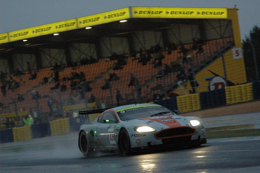 Gulf-Aston-Martin in der Dunlop-Schikane - Morgendliche Atmosphäre in Le Mans