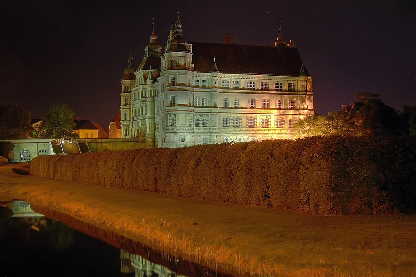 Gustrower Schloss bei Nacht