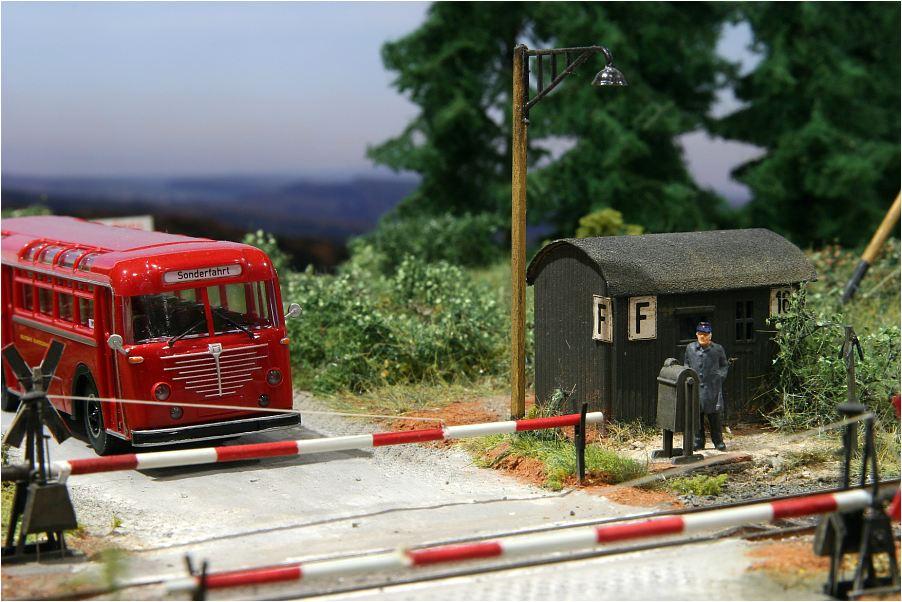Gute alte Zeit? Bahnübergang, alter Büssing, Schrankenwärter