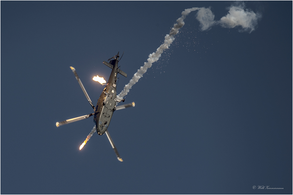 H27 Agusta A-109 Helikopter mit Flares