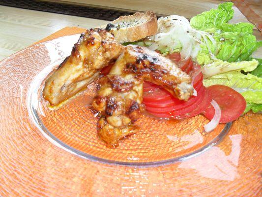 Hähnchenflügel mit Salatbeilage und Salbeibutter-Krusten