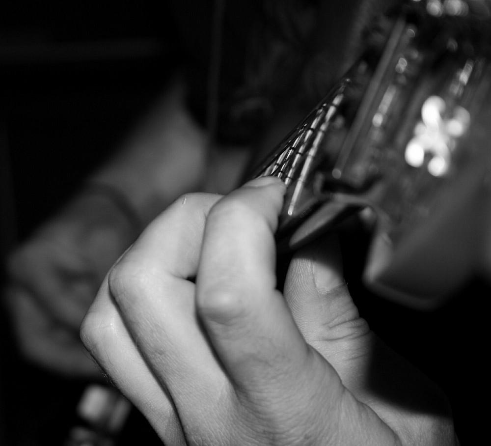 Hände und Gitarre