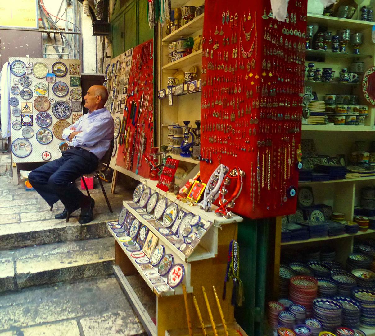 Händler vor seinem Laden an der via dolorosa in der Jerusalemer Altstadt