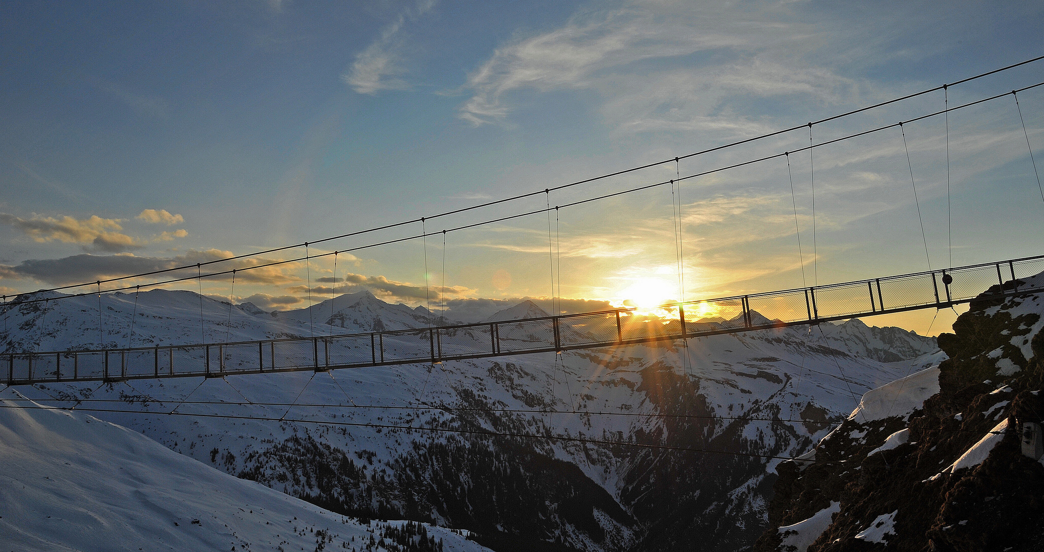 Hängebrücke im letzten Sonnenlicht