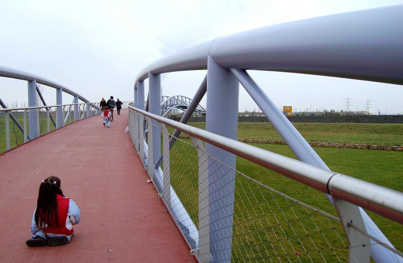 Hängebrücke mit bockiger Fünfjähriger