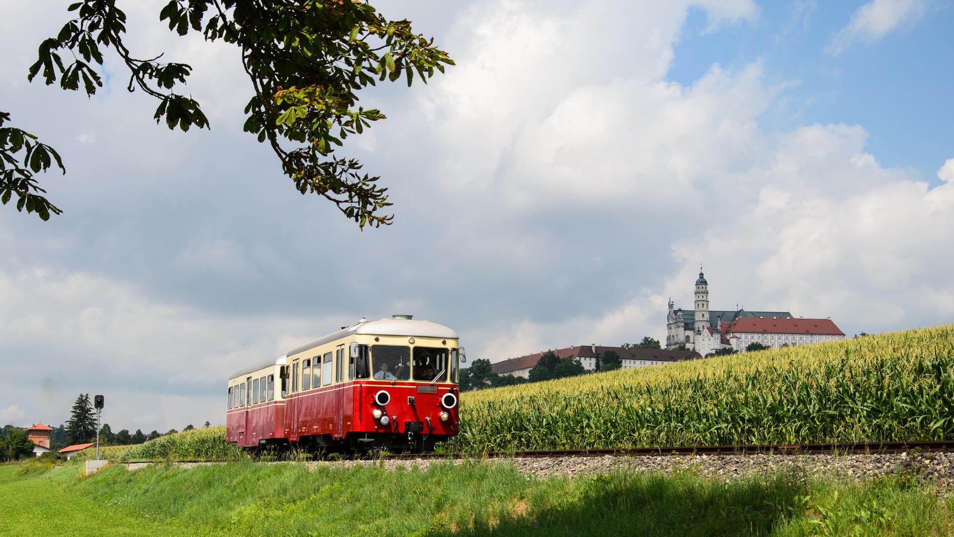 Härtsfeldbahn vor Kloster Neresheim