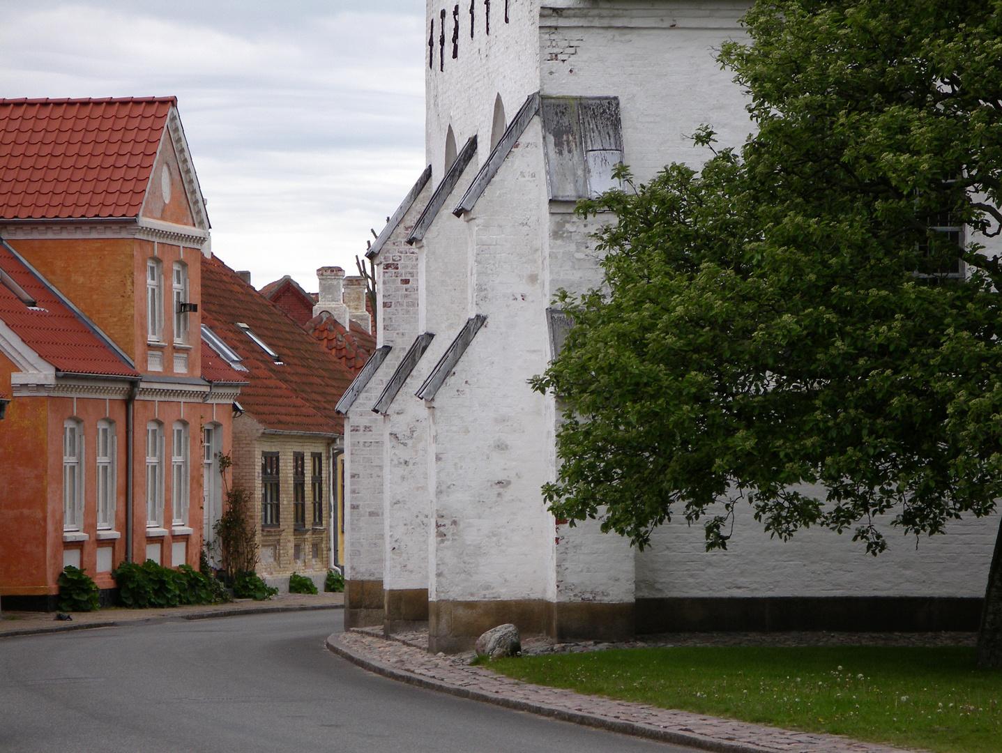 Häuser - geduckt im Schutz der Kirche
