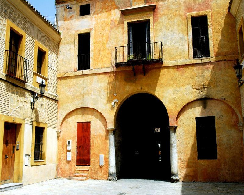 Häuser in der Mittagssonne in Sevilla bei 45° C