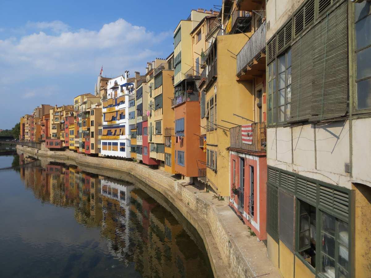Häuserfront in Girona