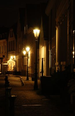 Häuserfront in Kaiserswerth bei Nacht