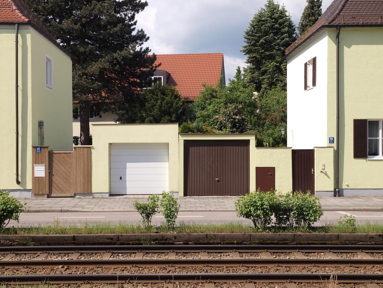 Häuserzeile mit Garagen