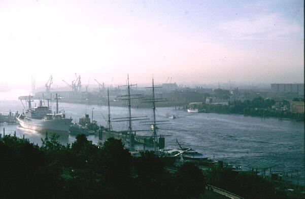 Hafen Hamburg im Morgennebel