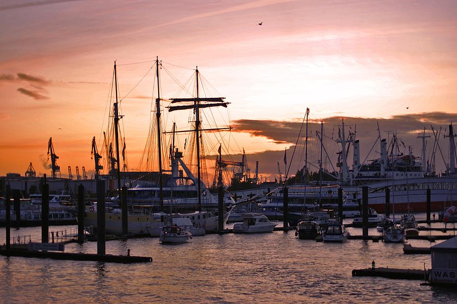 Hafen Hamburg im Sonnenuntergang