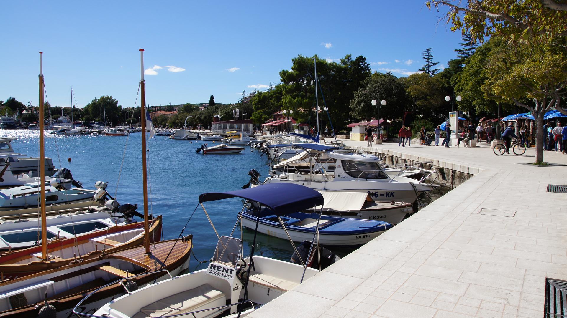 Hafen in Krk mit Uferpromenade