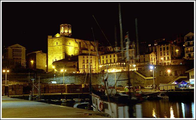Hafen und Altstadt von Getaria bei Nacht
