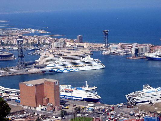 Hafen von Barcelona mit AidaCara