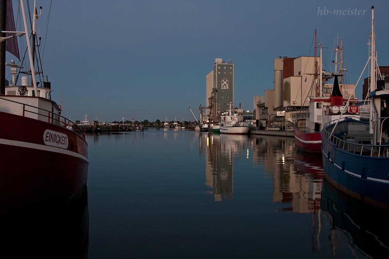 Hafen von Heiligenhafen zur fast blauen Stunde