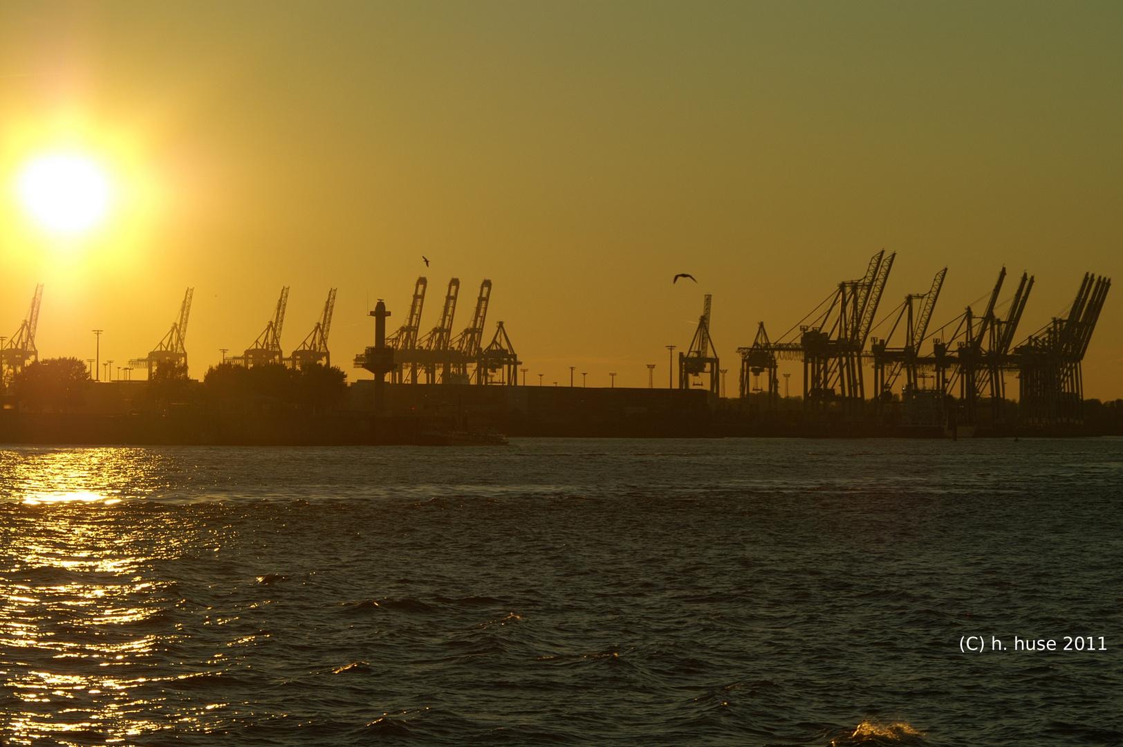 Hafenanlage Hamburg bei Sonnenuntergang