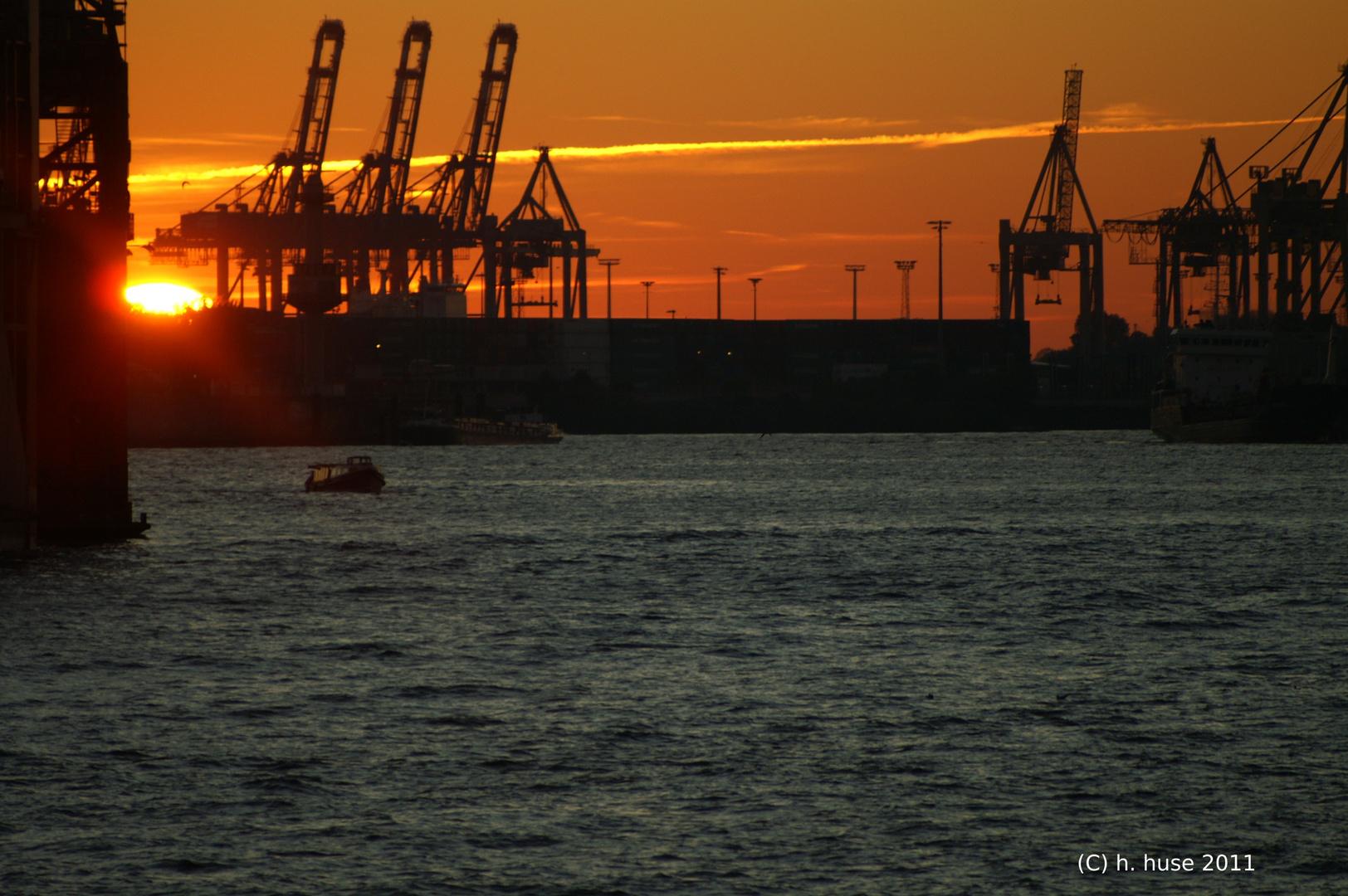 Hafenanlage Hamburg im untergehenden Sonnenlicht