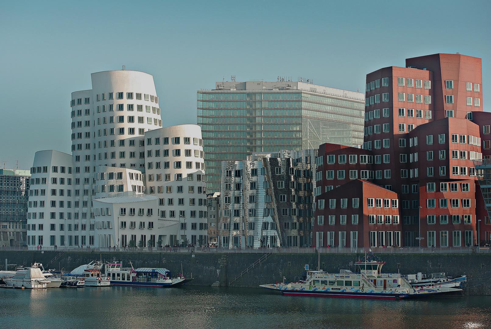 Hafenansicht auf die Gehry Häuser