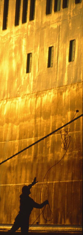 Hafenarbeiter im Sonnenuntergang