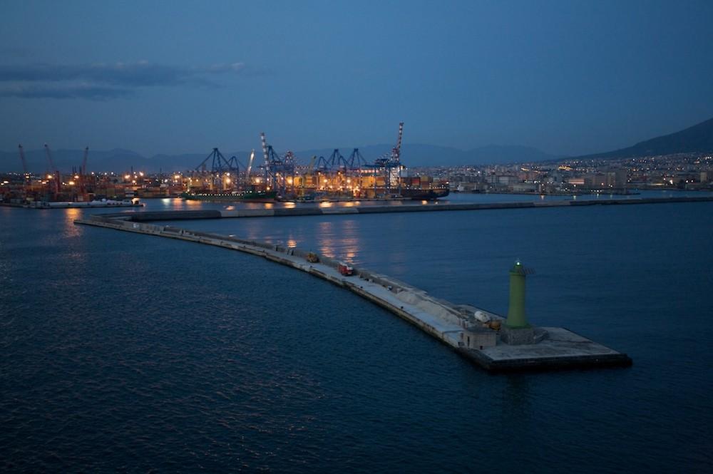 Hafenausfahrt bei Nacht