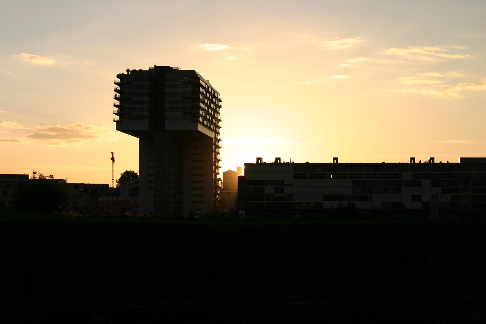 Hafenbauten bei Sonnenuntergang