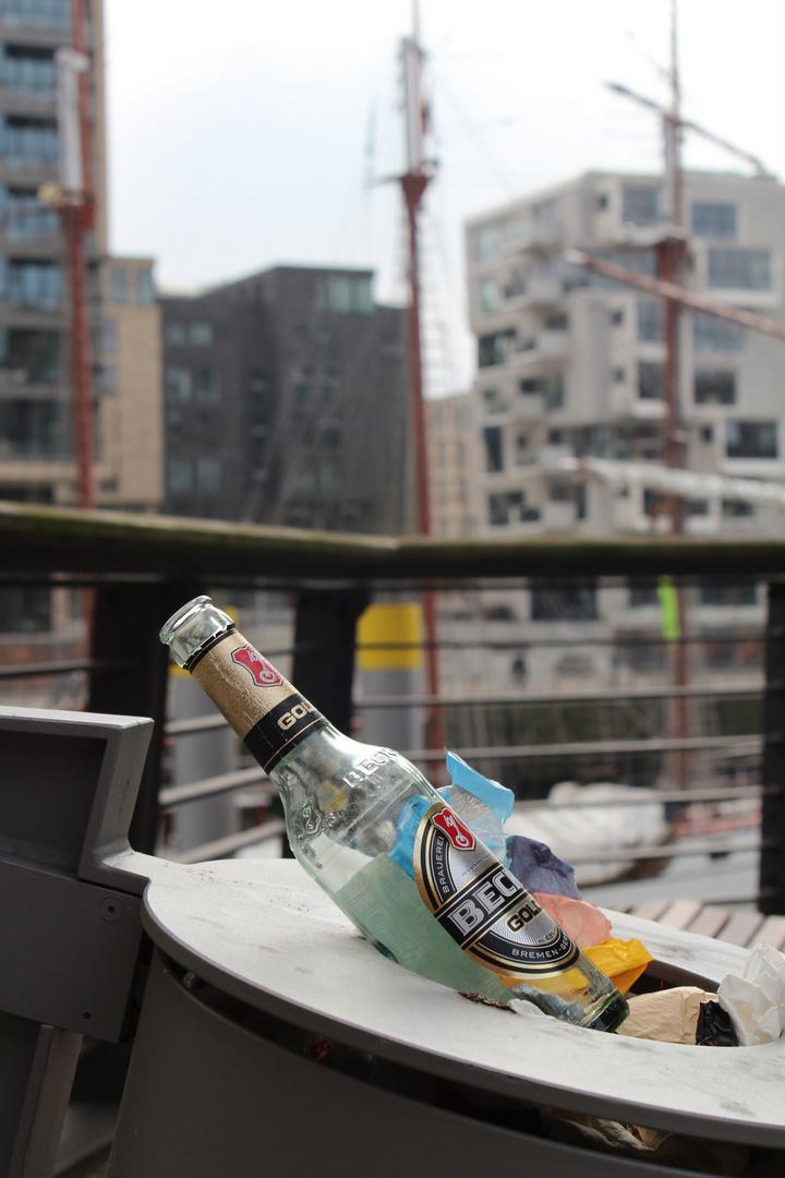 Hafencity Hamburg, Bremer Bier im Müll
