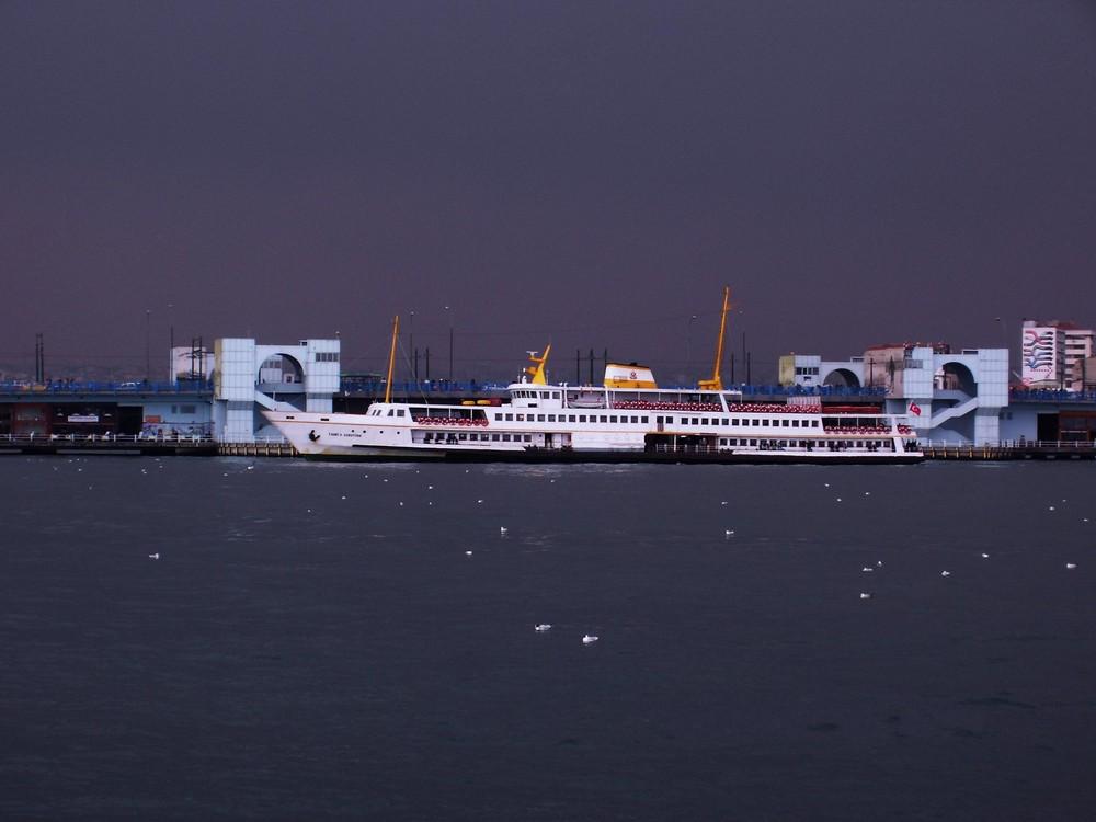 HAFENDAMPFER IN ISTANBUL