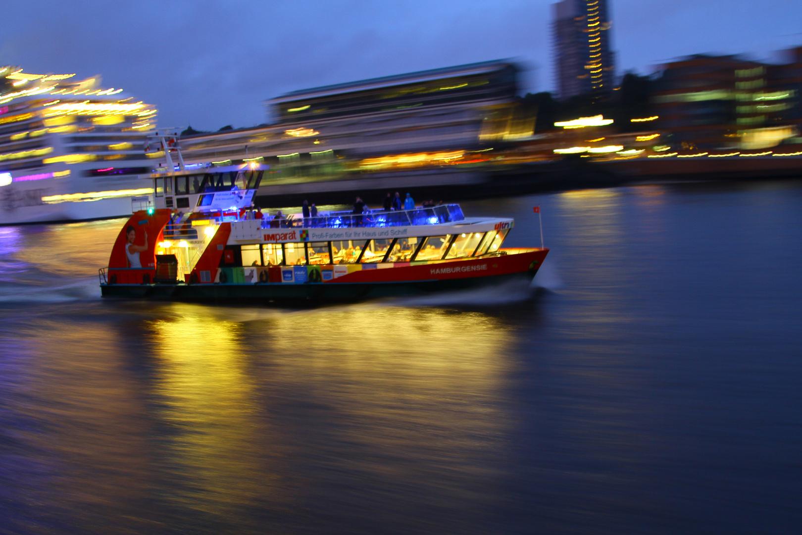 Hafenfähre bei Nacht