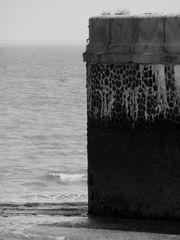Hafenmauer im Nebel