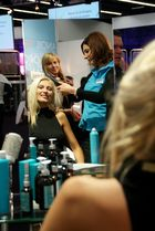 Hair & Beauty 2011: Frau im Spiegel